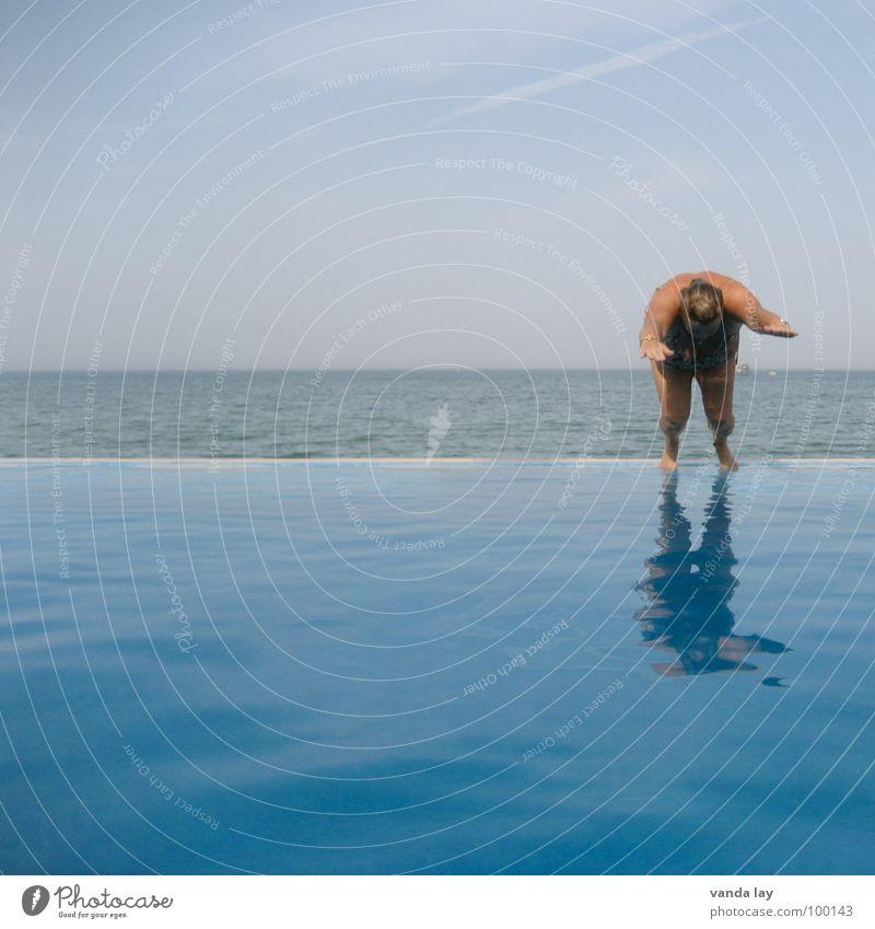 Vor dem Absprung Sommer Schwimmbad Ferien & Urlaub & Reisen Meer Badeanzug Freizeit & Hobby Freibad Kühlung springen Luft dick Frau nass himmelblau Himmel
