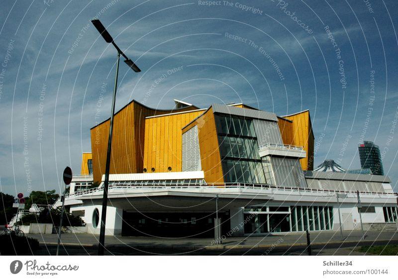 GOLDENE 40 Himmel weiß blau Stadt Sommer Wolken Straße dunkel Berlin Spielen Fenster hell Metall Kunst Architektur glänzend