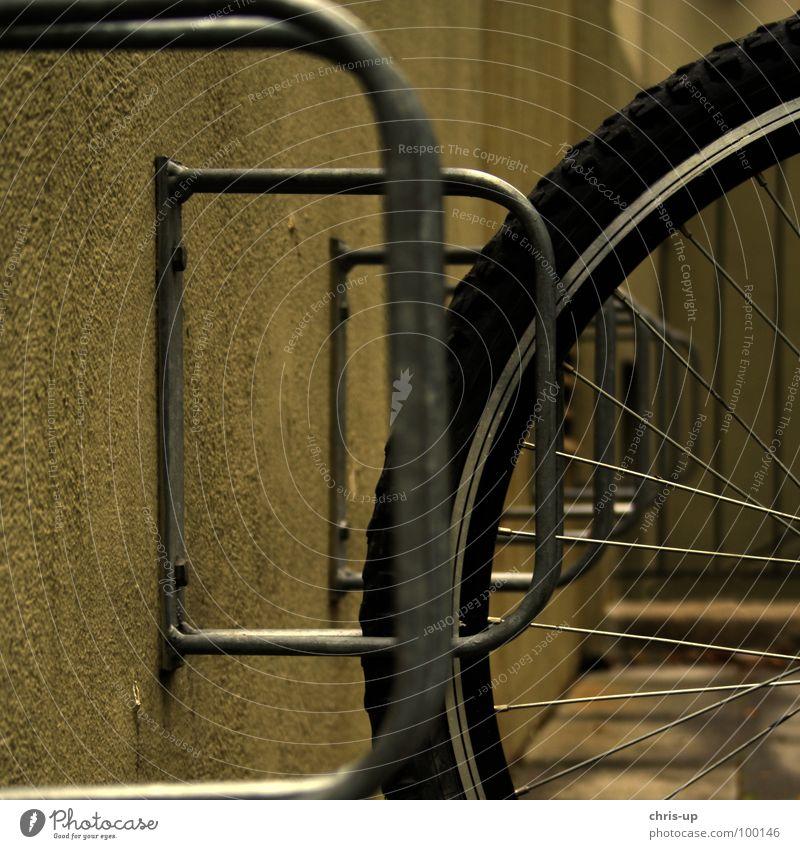 Fahrradständer Felge Mountainbike Stab Metallstange Halterung Speichen Wand Schraube verbinden schließen geschlossen Silhouette Spielen Verkehr BMX Bremse