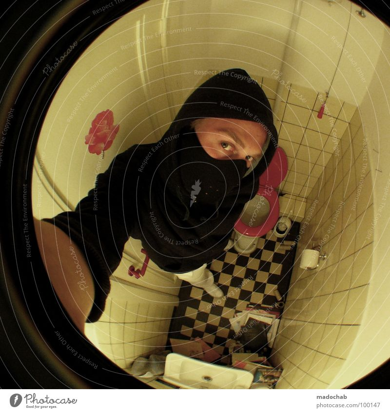 GESCHÄFTLICH UNTERWEGS Mensch Mann Jugendliche Gesicht schwarz Auge dunkel Raum Angst klein Lifestyle gefährlich Bad bedrohlich Maske Toilette
