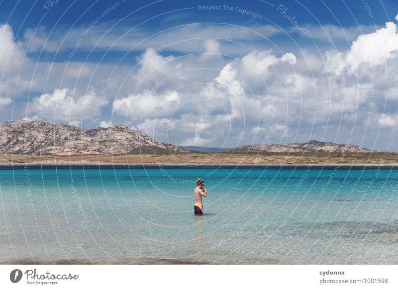 Durchatmen und weg Mensch Natur Ferien & Urlaub & Reisen Jugendliche Sommer Wasser Meer Landschaft Junger Mann Wolken Ferne Strand Berge u. Gebirge Küste