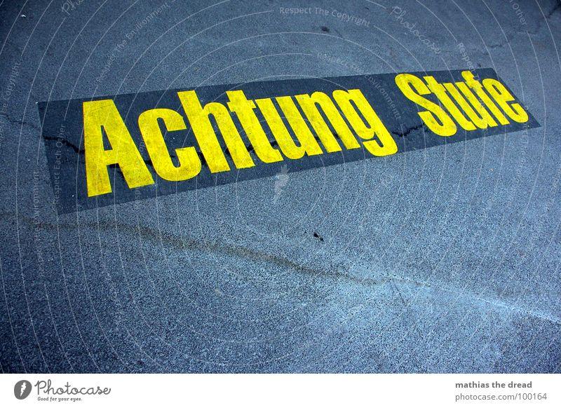 ... Achtung ... blau gelb kalt grau Stein Beton gefährlich Schriftzeichen Bodenbelag bedrohlich Hinweisschild Fett Warnhinweis Glätte hart