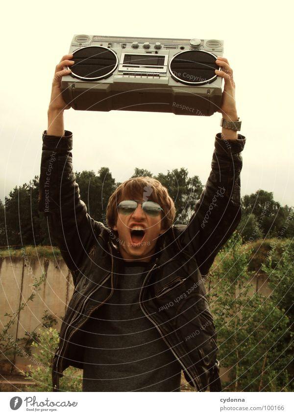 RADIO-AKTIV Mann Kerl Stil Musik Sonnenbrille Industriegelände hochhalten Lederjacke Party Beton Gefühle Mensch Typ Coolness Radio Landschaft session schreien