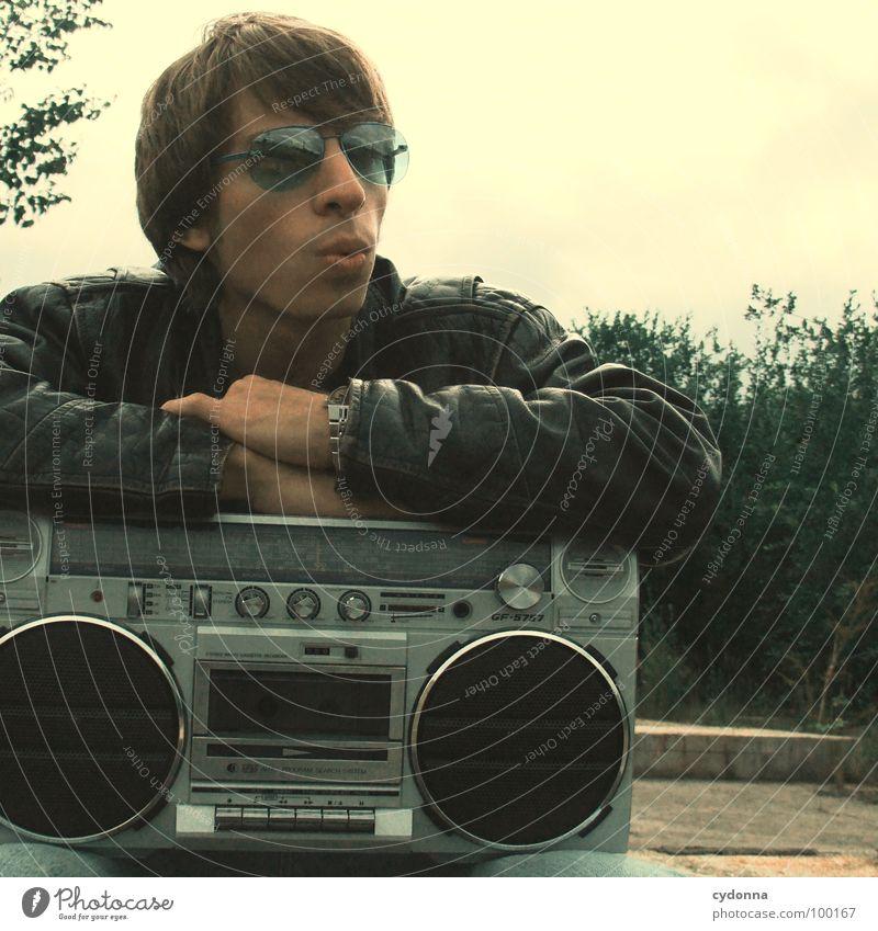 RADIO-AKTIV I Mensch Mann Natur Einsamkeit Gefühle Stil Musik Landschaft Beton sitzen Coolness Typ Radio Sonnenbrille Kerl verschränken