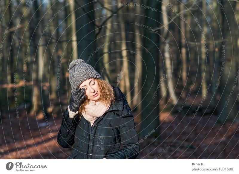 AugenWischerei Junge Frau Jugendliche 1 Mensch 18-30 Jahre Erwachsene Umwelt Natur Landschaft Winter Schönes Wetter Wald Jacke Schal Handschuhe Mütze