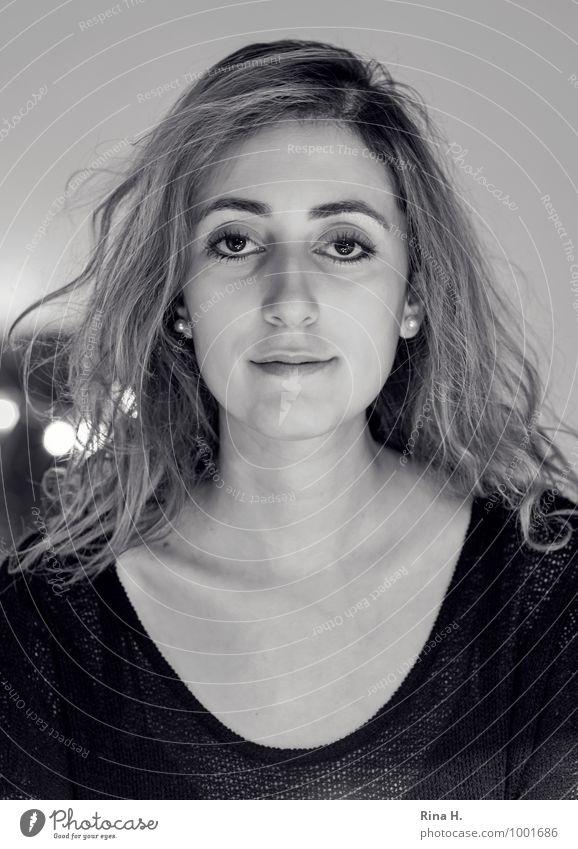 Muse feminin Junge Frau Jugendliche 1 Mensch 18-30 Jahre Erwachsene T-Shirt Schmuck Haare & Frisuren brünett langhaarig Locken schön vertikal selbstbewußt