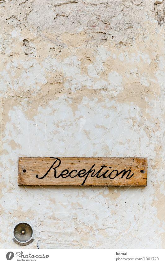 Rezeption Mauer Wand Schilder & Markierungen Klingel Zeichen Schriftzeichen Hinweisschild Warnschild alt Freundlichkeit hell schön altehrwürdig Holzschild Putz