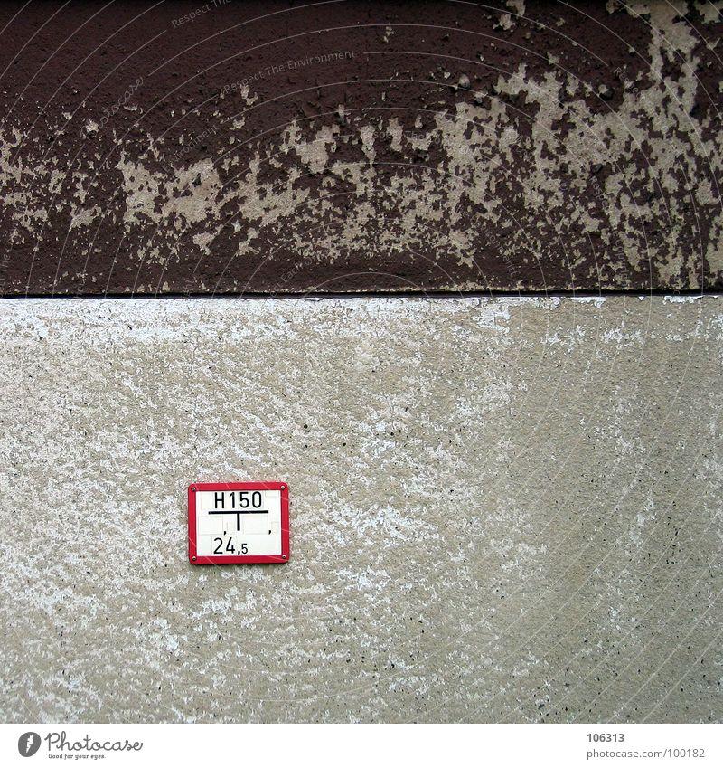 GELBER KREIS AUF HOLZ Wasser alt rot Einsamkeit Farbe grau Stein Mauer Gebäude braun Schilder & Markierungen Elektrizität Platz Ziffern & Zahlen Vergänglichkeit