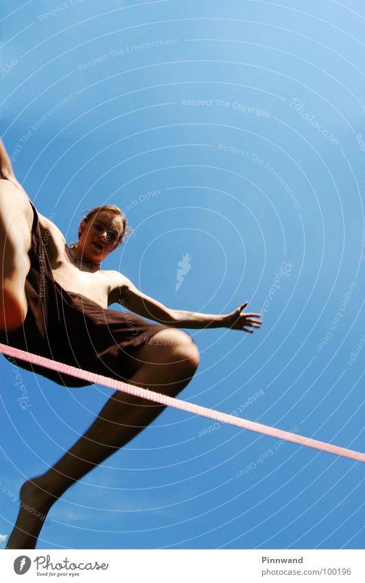 equilibrium I Himmel Freude Sport Freiheit Tanzen Zufriedenheit fliegen Geschwindigkeit Flugzeug Seil Suche Schnur Schönes Wetter dünn Konzentration Hose