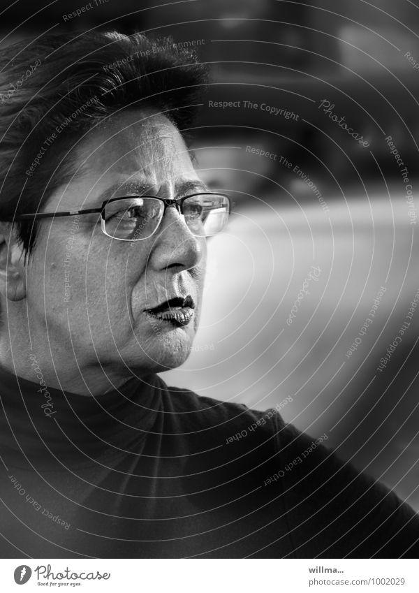 Selbstbewusste reife Frau mit Brille schaut kritisch zur Seite. Aktiv zuhören. Erwachsene Kopf Mensch beobachten Interesse Erwartung Konzentration seriös