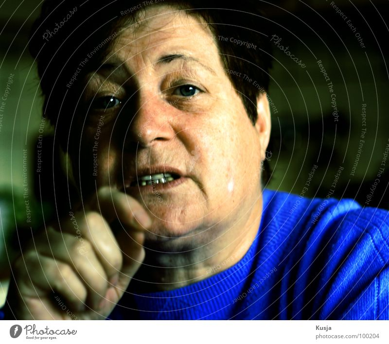 Disskusionsrunde Frau Gesicht dunkel sprechen Gesichtsausdruck