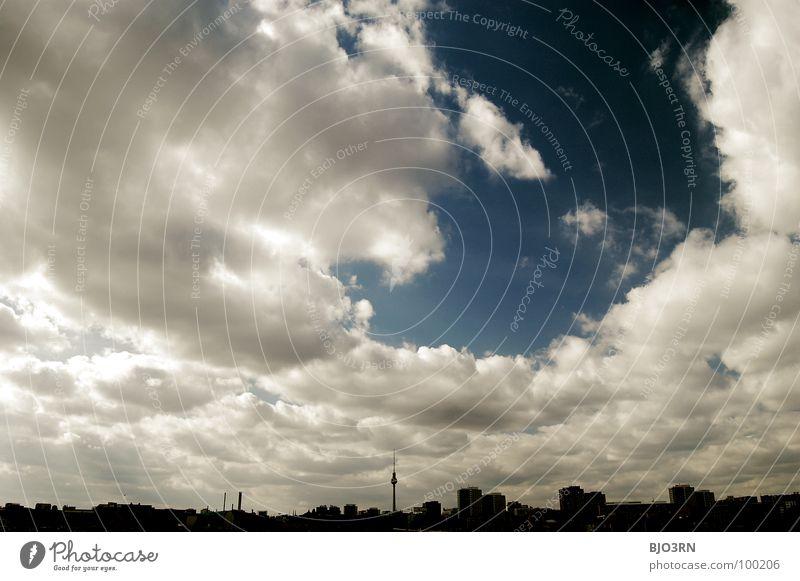 Am 7ten Tag Himmel weiß blau Stadt Haus Wolken Berlin Sand Architektur Aussicht Baustelle Skyline Berliner Fernsehturm Warschauer Straße
