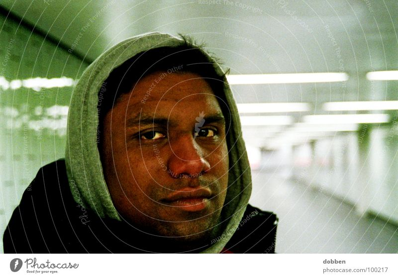 Dein Freund und Helfer Mensch Mann schön grün Gesicht schwarz kalt Kopf braun warten maskulin Nase Suche Bekleidung Porträt Spaziergang