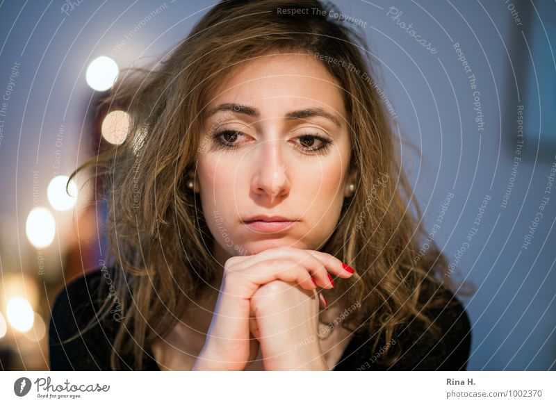 Muse II Junge Frau Jugendliche 1 Mensch 18-30 Jahre Erwachsene brünett langhaarig Locken schön Gefühle Traurigkeit Schmerz Sehnsucht Denken Unschärfe Hand