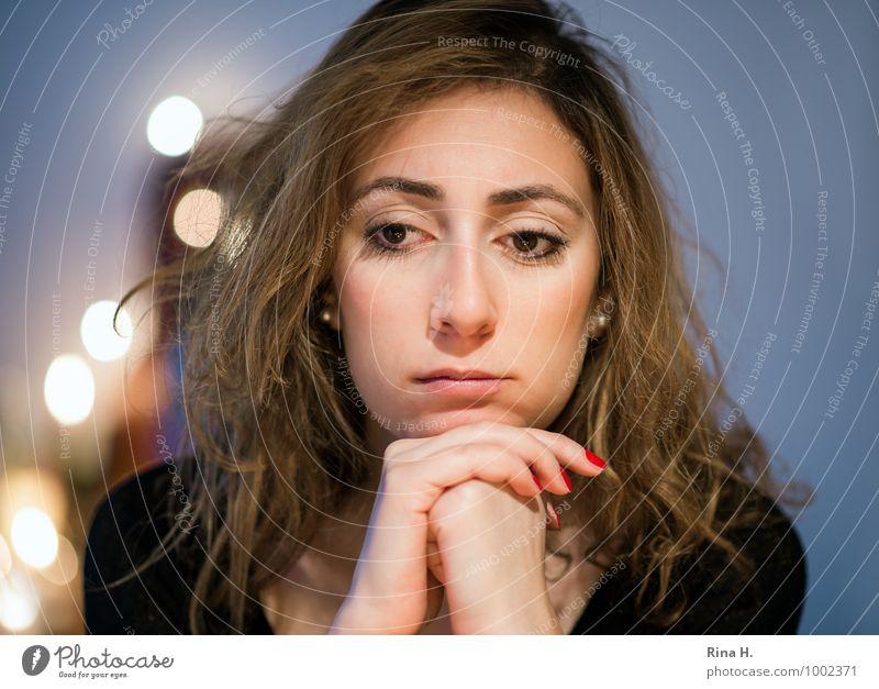 Melancholische Weihnachten Mensch Jugendliche schön Junge Frau 18-30 Jahre Erwachsene Traurigkeit Gefühle natürlich feminin Haare & Frisuren nachdenklich sitzen brünett langhaarig Locken
