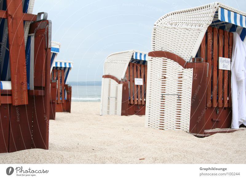 In Reihe und Glied Wasser Himmel Meer Strand ruhig Erholung Sand Küste Strandkorb Korb beruhigend