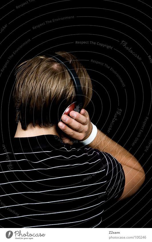 Beschallung_hinterrücks Musik hören laut Kopfhörer Selbstportrait schwarz T-Shirt lässig Jugendkultur Stil Denken Erholung blond Haarsträhne Muster grün weiß