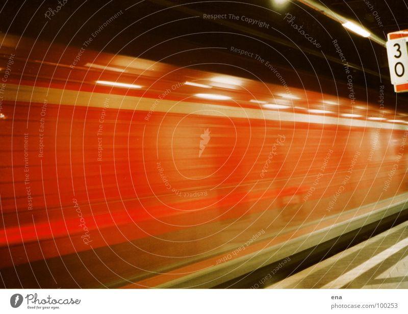 durchzug S-Bahn Eisenbahn Tunnel rot-schwarz glänzend Streifen Licht Reflexion & Spiegelung Bahnsteig Durchgang Geschwindigkeit Windzug aufregend Schlauch