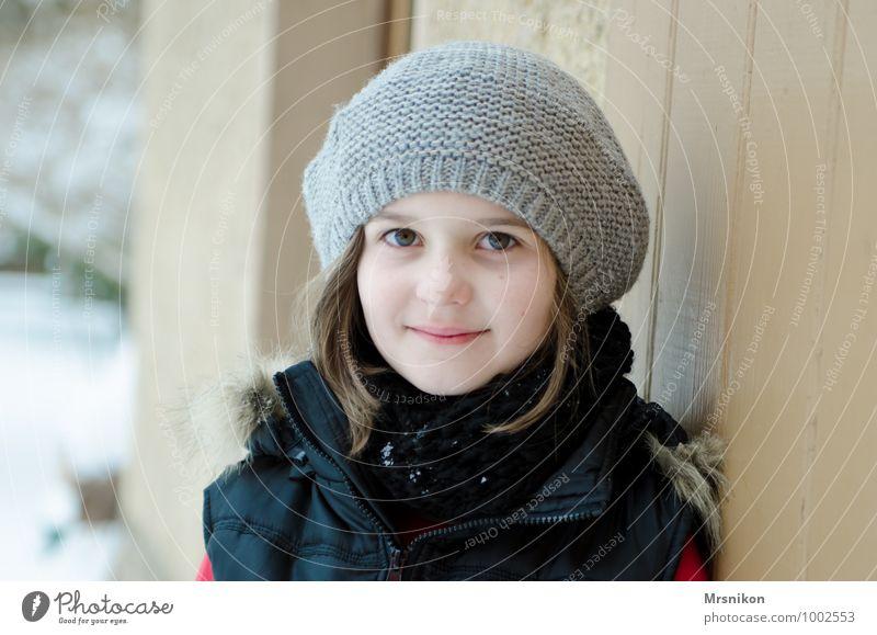 it's cold outside Mensch Kind schön Mädchen Winter kalt feminin Schnee natürlich Denken Gesundheit stehen Kindheit frisch beobachten Freundlichkeit