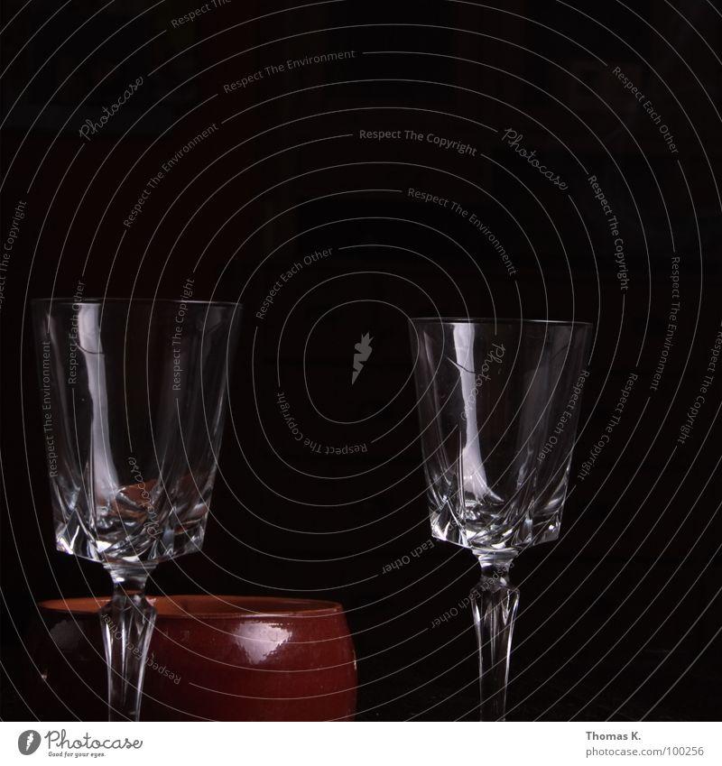Es fehlt allein der Inhalt. schön dunkel schwarz glänzend Glas leer genießen Stengel Kristallstrukturen Festessen Anordnung Weinglas füllen Aschenbecher
