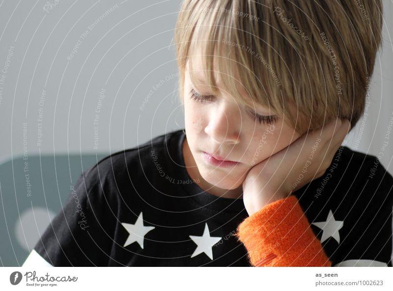 Noch mal überlegen ... Mensch Kind weiß ruhig schwarz Leben Junge Denken Schule Mode orange träumen modern blond authentisch Kindheit