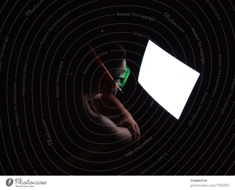 tv Mensch Mann Ferien & Urlaub & Reisen Sommer Einsamkeit schwarz dunkel verrückt Fernseher Fernsehen Maske tauchen Medien Taucher Tauchgerät