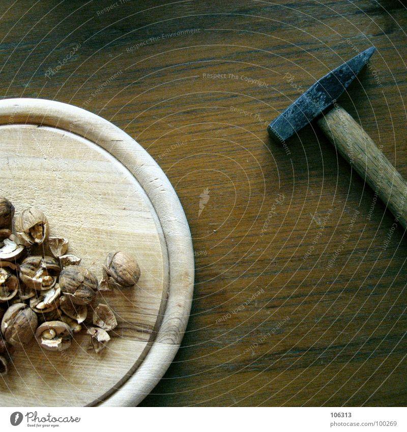 JETZT GIBT'S WAS AUF DIE NUSS Ernährung Lebensmittel Holz Kraft warten Energiewirtschaft Tisch Symbole & Metaphern Stengel Schmerz Gewalt Handwerk Holzbrett