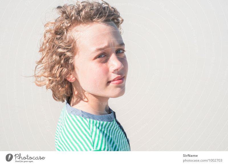 308 [charakter] Lifestyle Sommer Strand Junge Kindheit Leben 1 Mensch 8-13 Jahre Jugendkultur Sand Schönes Wetter Wärme T-Shirt blond Locken beobachten Lächeln