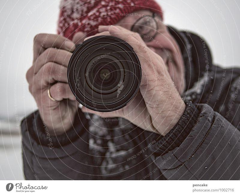 Rotkäppchen Mensch maskulin Gesicht Auge Hand 1 Winter Schnee Blick Freude Fröhlichkeit Mütze Fotokamera Objektiv Ring Brillenträger Reporter Paparazzo Fotograf