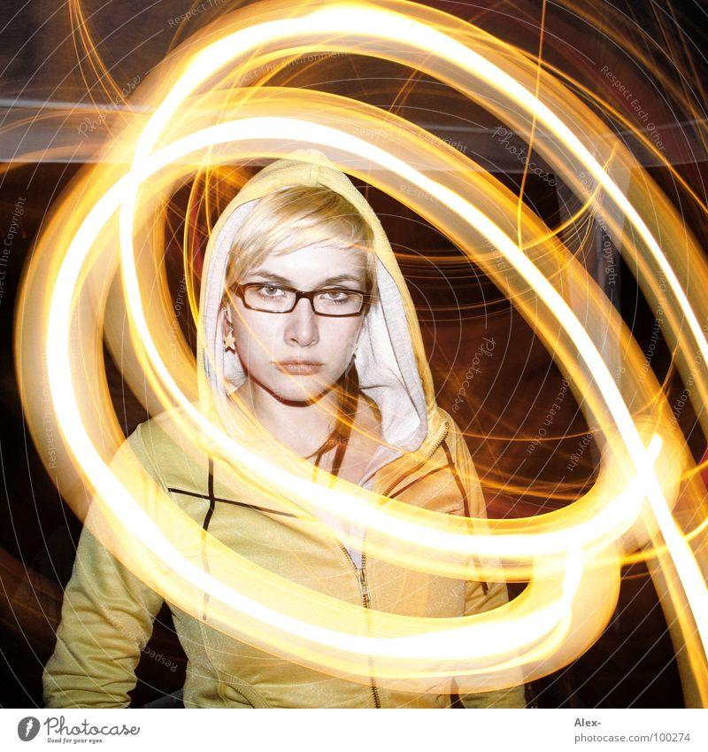Ihre eigene Welt Frau schön niedlich süß himmlisch traumhaft Licht Kreis Lichtkreis Nacht dunkel Jacke Brille gelb Streifen glühen Langzeitbelichtung lydia