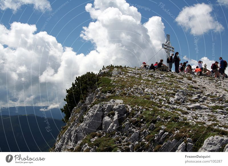 Preiner Wand No. 1 Bundesland Niederösterreich Wolken grau steinig Gras Gipfel Gipfelkreuz wandern Bergsteiger Bergsteigen Pause ruhig durchdrehen