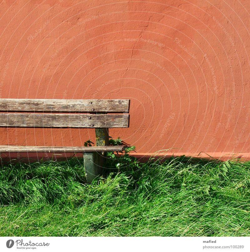 There's a red house over yonder 1 rot grün saftig braun morsch Wand Riss Haus Holz Mauer Pause ruhig Sommer orange Bank Ochsenblut alt verfallen auf dem Land