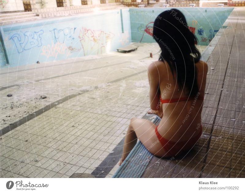 TO TAKE A BATH : schön Rücken sitzen Schwimmbad dünn Bikini langhaarig Junge Frau schwarzhaarig dunkelhaarig Wasserbecken Beckenrand Nackte Haut Frauenrücken