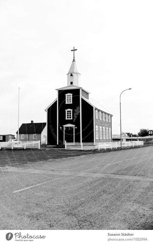 Kirkja Einsamkeit Straße Kirche historisch Asphalt Laterne Island Kleinstadt Kirchturm Fischerdorf Grundstück