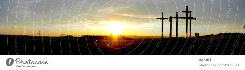 Kreuze im Sonnenuntergang ... Berge u. Gebirge groß Rücken Panorama (Bildformat) Christentum Natur Pestkreuz Landkreis Tuttlingen