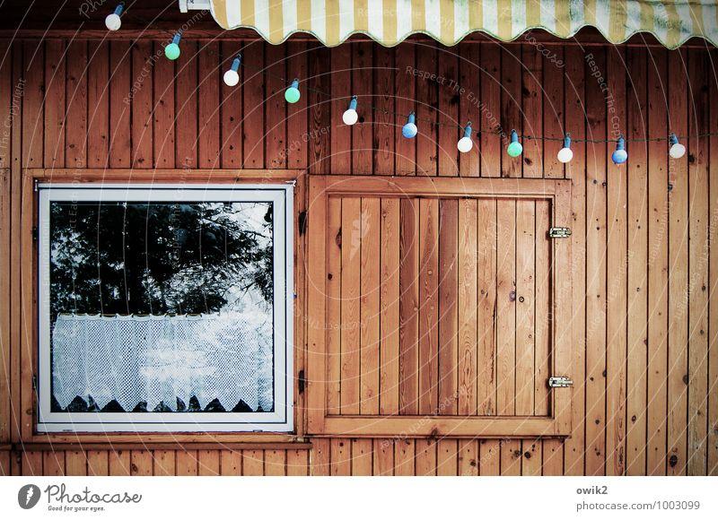 Party blau Fenster Wand Mauer braun Fassade Holzwand Ferienhaus Lichterkette Markise Holzfassade Haus Schutz
