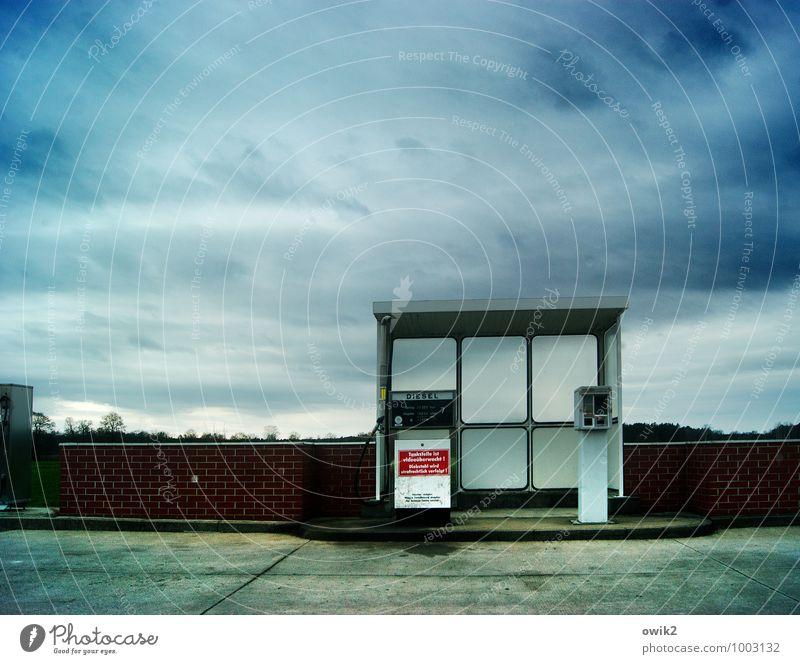 Alles unter Kontrolle Himmel Wolken Klima schlechtes Wetter Wind Mauer Wand bedrohlich Ordnungsliebe Überwachung Hütte Tankstelle Zapfsäule Diesel