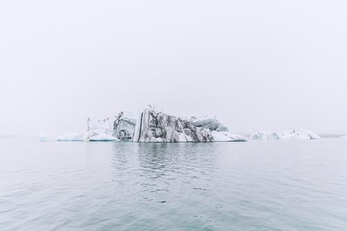 jökulsarlon Umwelt Natur Urelemente Himmel Klima Nebel Eis Frost Felsen Berge u. Gebirge Wellen Küste Seeufer kalt Eisberg Island Jökulsárlón Gletscher