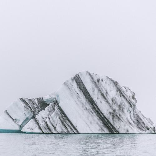 island Natur Himmel Klima Eis Frost Wellen Seeufer alt Eisberg Gletscher Gletschereis Aschewolke Island Jökulsárlón Naturgewalt Farbfoto Außenaufnahme