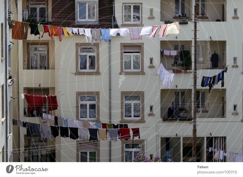 Fenster zum Hof Farbfoto Außenaufnahme Totale Leben Häusliches Leben Wohnung Haus Seil bevölkert Balkon Bekleidung hängen Reinigen Duft frisch Sauberkeit