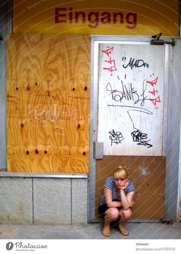 sitzen gelassen Eingang Ausgang gelb geschlossen Trauer hocken Zufluchtsort taggen blond Osten Baracke Aufschwung Gedanke Langeweile Demontage Block Leipzig