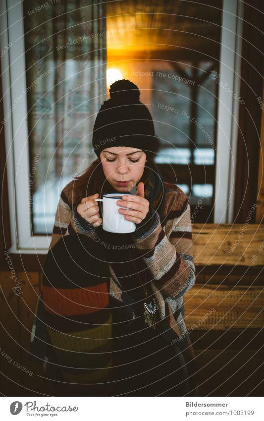 . Mensch Frau Ferien & Urlaub & Reisen Jugendliche Junge Frau Erholung Einsamkeit Haus 18-30 Jahre Winter Ferne kalt Erwachsene Leben feminin Idylle