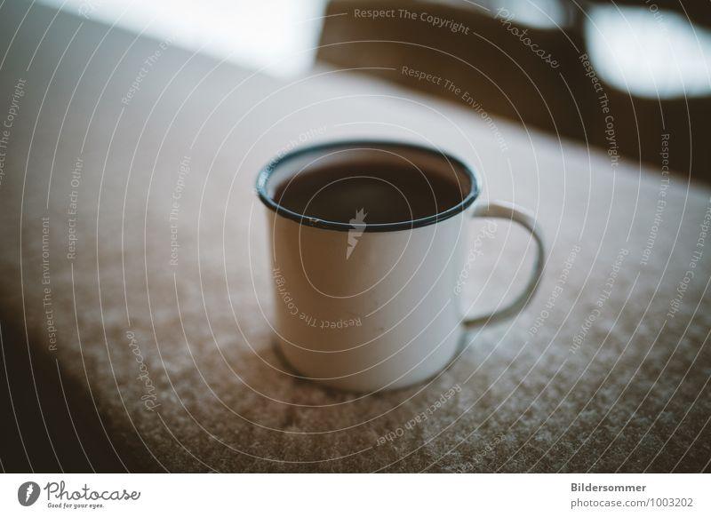 Tee im Schnee Ernährung Getränk Heißgetränk Glühwein Tasse Becher genießen trinken einfach kalt braun weiß Warmherzigkeit Romantik Durst Einsamkeit Erholung