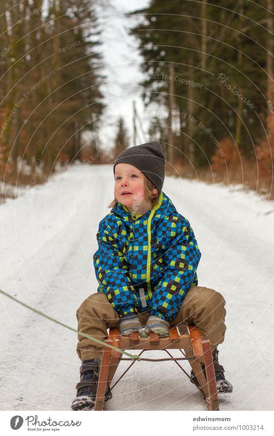 Schlittenfahrt, jippie Mensch Kind blau weiß Freude Winter kalt Gesicht Schnee Junge braun sitzen Kindheit warten Schuhe Ausflug