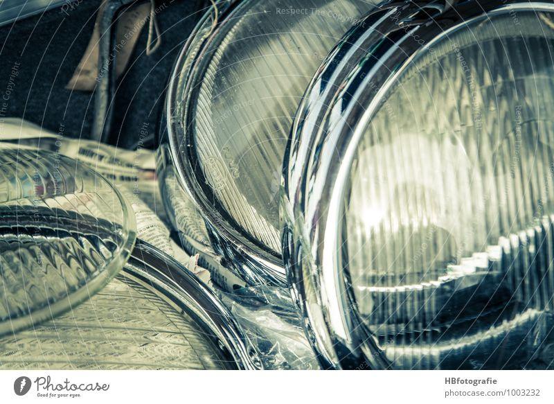 Ersatzteillager Fahrzeug PKW Oldtimer retro Vergänglichkeit Platzhalter Teile u. Stücke Lampe Scheinwerfer Zubehör Autoteile Farbfoto Außenaufnahme Nahaufnahme