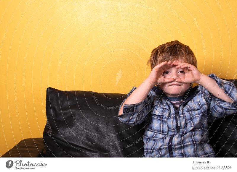 Tele Vision. Mensch Kind gelb Ferne Junge Medien Wohnung Fernseher Fernsehen Telekommunikation Bildung Häusliches Leben Sofa Wissenschaften Innenarchitektur