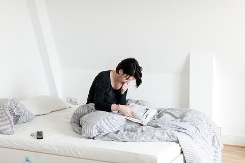 Bett Häusliches Leben Umzug (Wohnungswechsel) Innenarchitektur Schlafzimmer feminin 1 Mensch authentisch einfach Krankheit natürlich Langeweile Müdigkeit