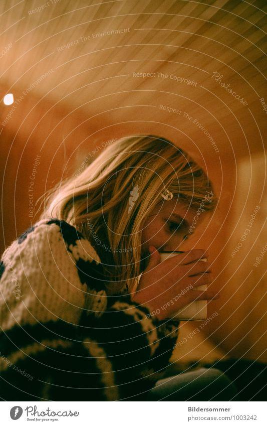. trinken Heißgetränk Tee Tasse Becher Häusliches Leben Mensch feminin Kind Mädchen Kindheit 1 3-8 Jahre Pullover blond Erholung sitzen einfach trist braun
