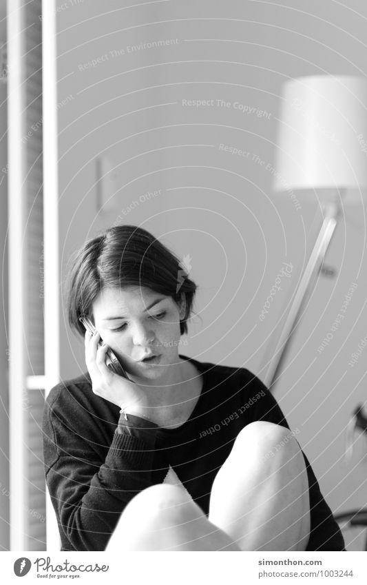 Telefon Mensch Erholung ruhig Gefühle Innenarchitektur feminin Liebe Freundschaft Freizeit & Hobby Häusliches Leben Zufriedenheit modern Kommunizieren Idee Pause Telefon