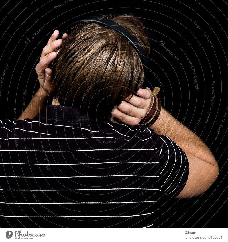 Beschallung_hinterrücks II Mann Jugendliche weiß grün schwarz Erholung Kopf Stil Denken Musik blond Rücken Coolness T-Shirt Grafik u. Illustration hören